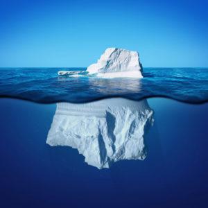 Eisberg mit Sicht auf die Anteile über und unter Wasser